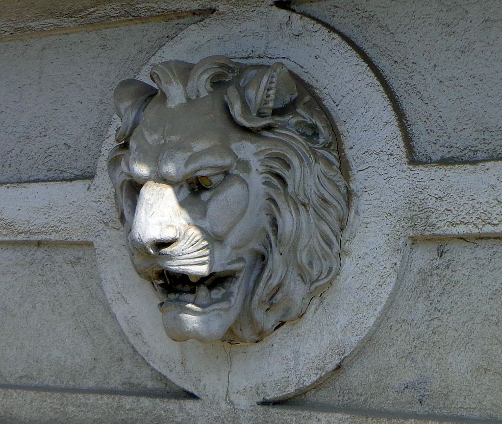 lions-head-ornament