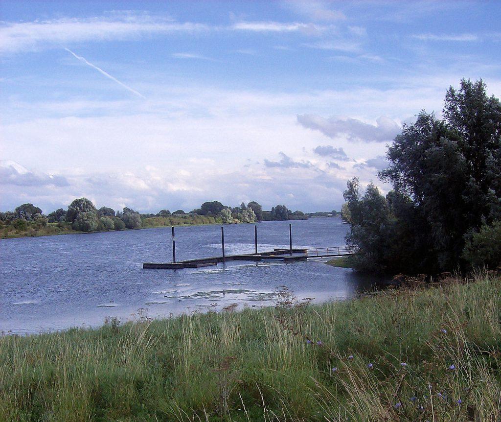 Bootsteiger bij laag water op de Maas